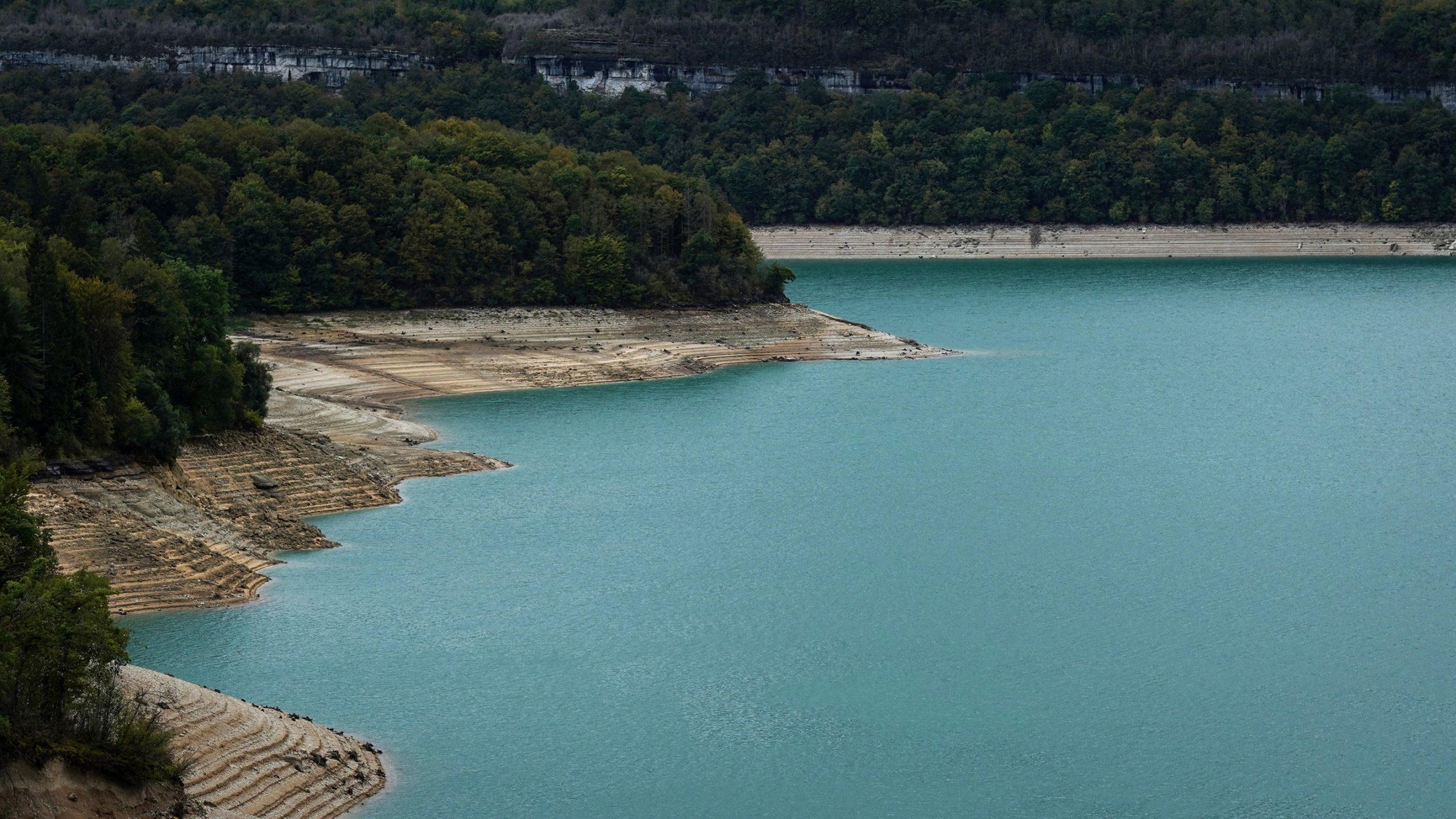 lac de vouglans Jura bleu forêt