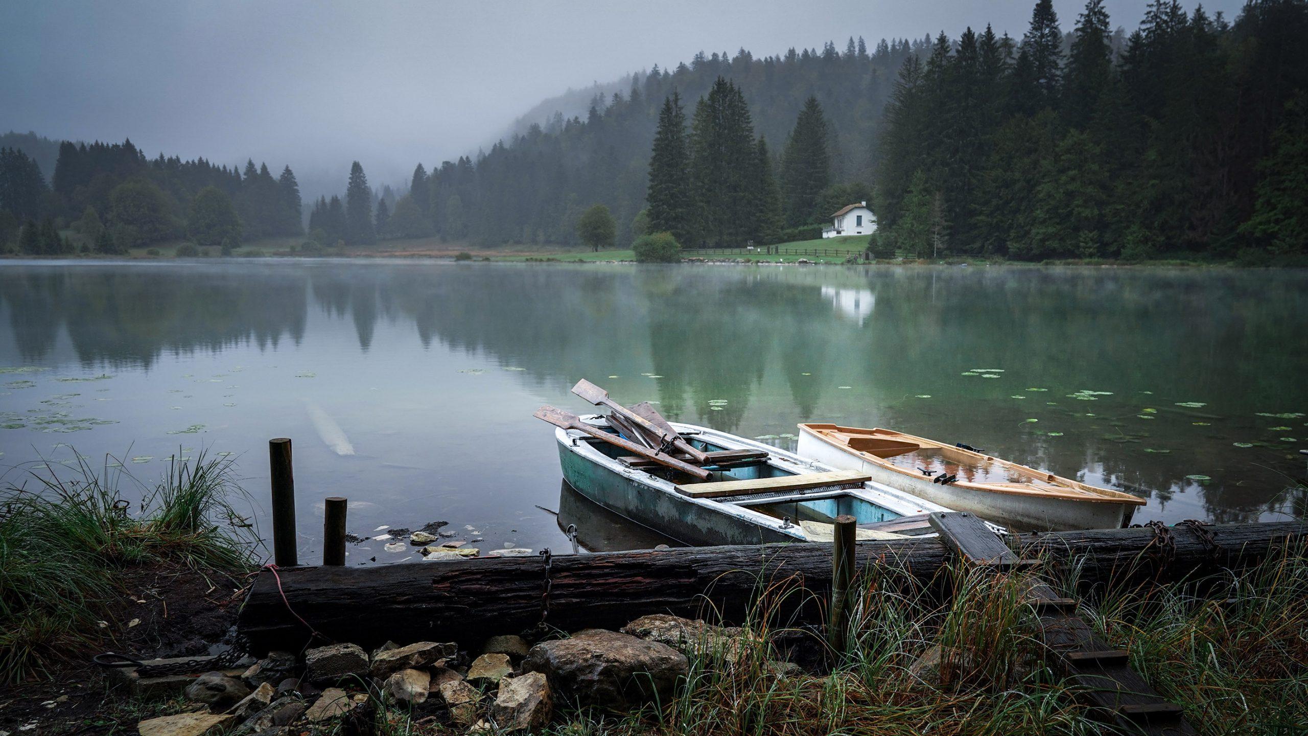 Jura lac genin barques brouillard