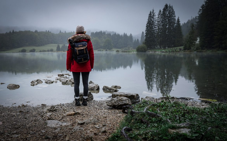 lac Genin Jura montagnes brouillard lykorne manteau rouge
