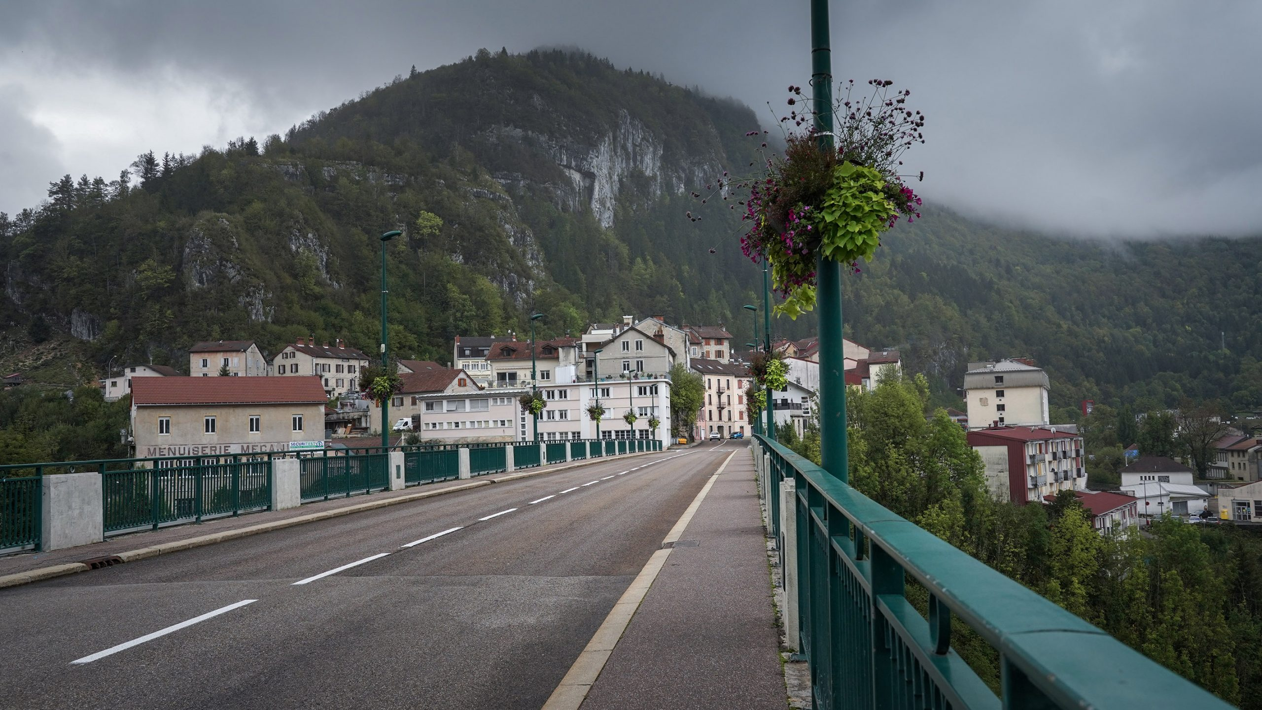Ville Saint-Claude Jura pont maisons montagnes nuages gris brume