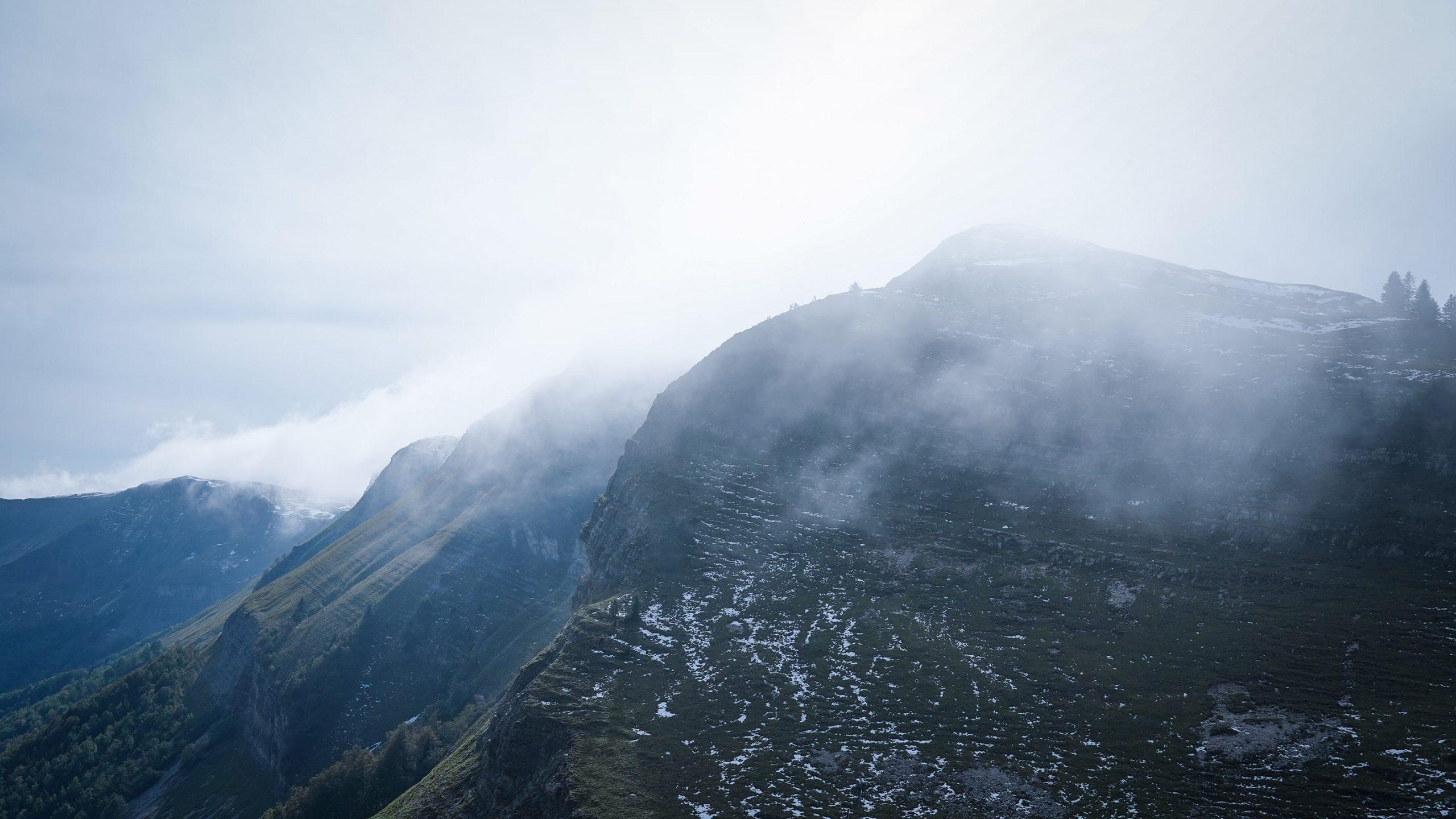 montagnes Grand Mont-Rond brume sapins neige Jura