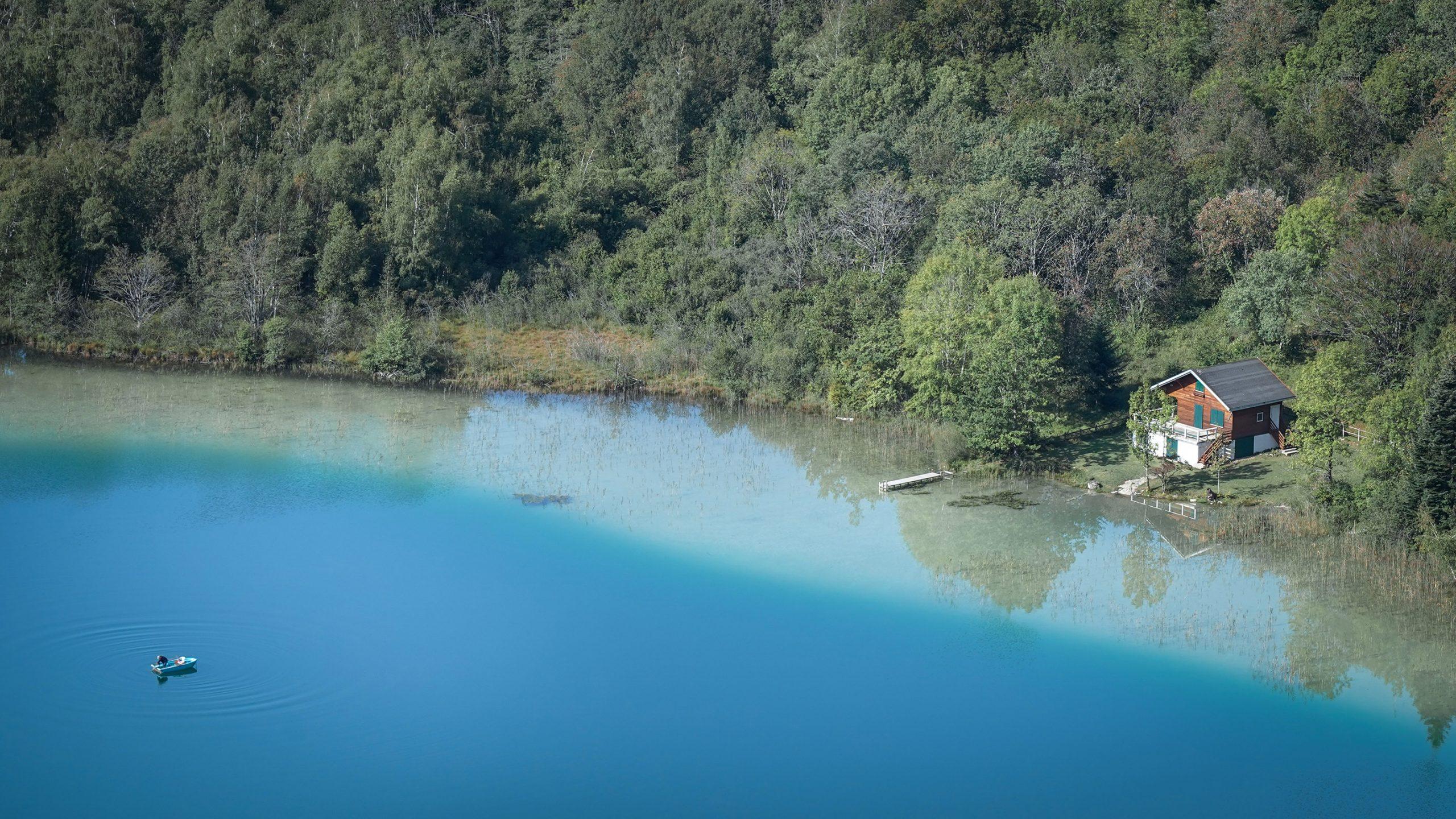 Lac bleu vert dégradé barque chalet sapins Jura