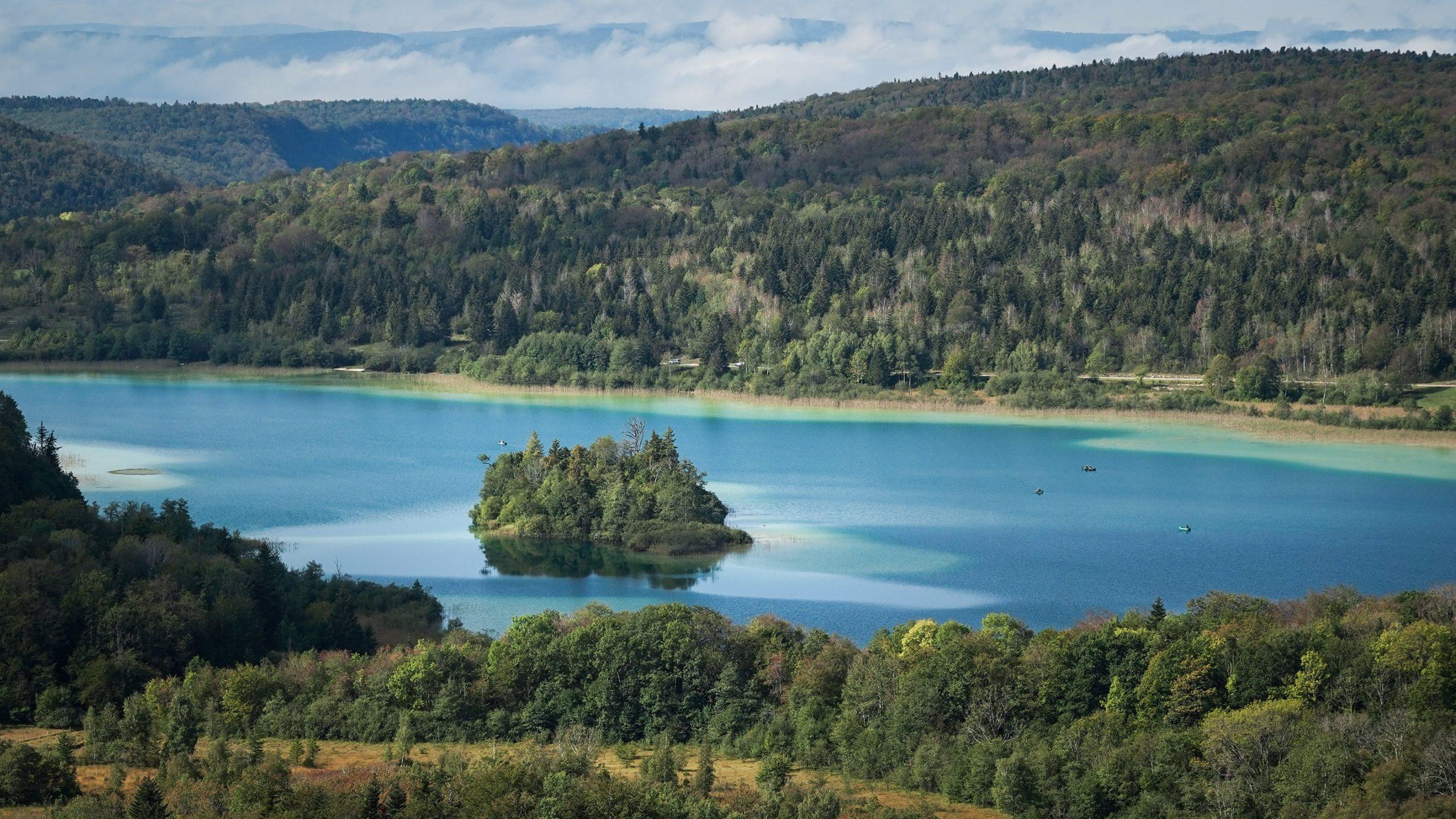 Belvédère des quatre lacs lac Ilay bleu vert île sapins automne montagnes Jura
