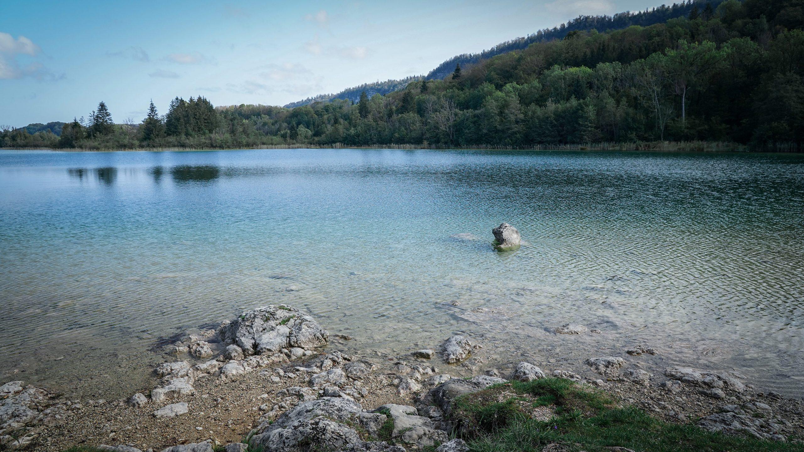 Lac Ilay Jura eau translucide bleu vert  sapins ciel bleu soleil