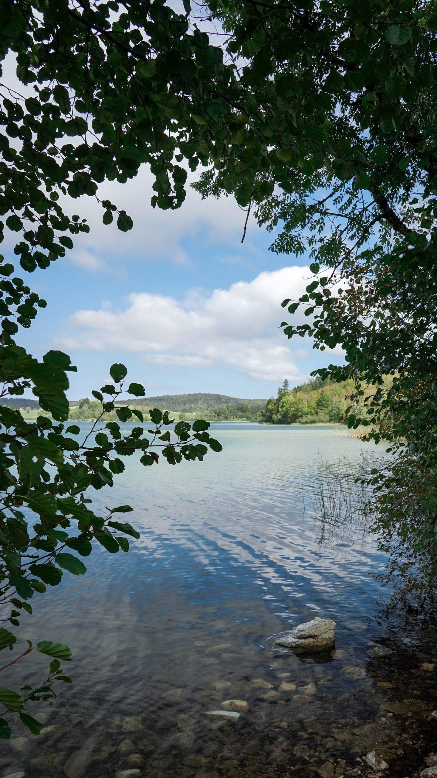 Lac Ilay eau arbres nuage soleil ciel bleu rocher