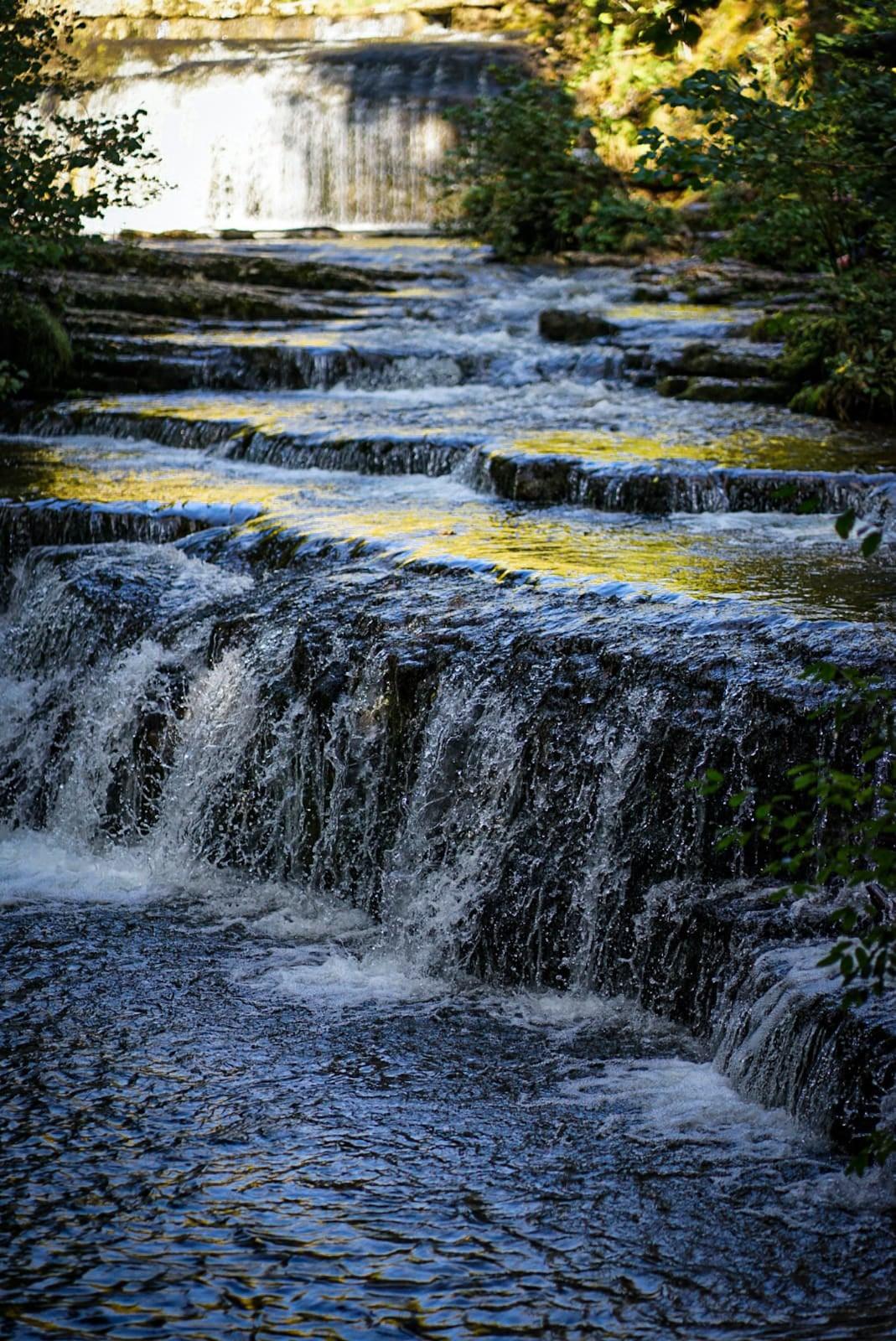 Cascades du hérisson lumière reflet eau arbres ruisseau