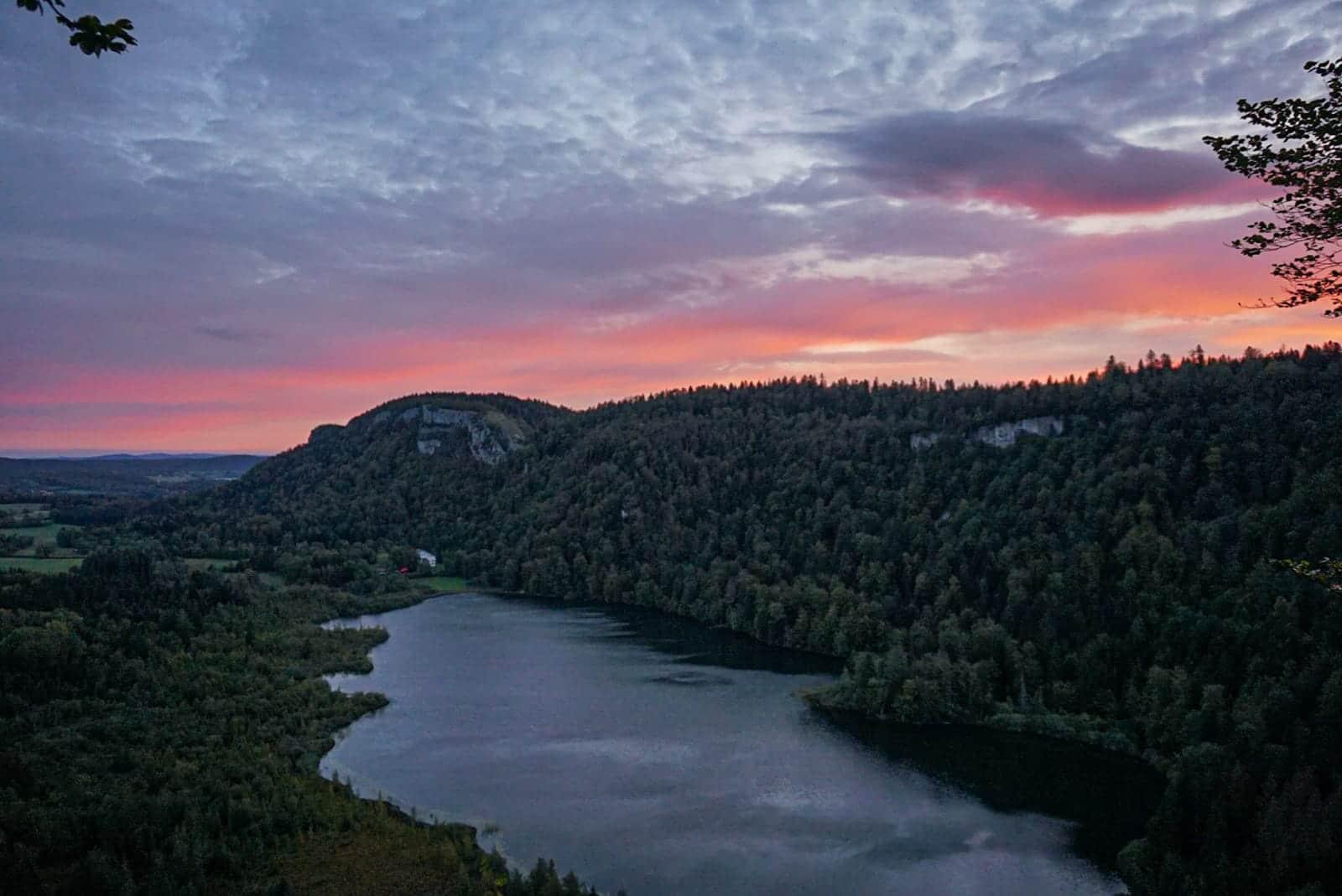 Lac de Bonlieu belvédère de la Ronde nuages rose sapins eau