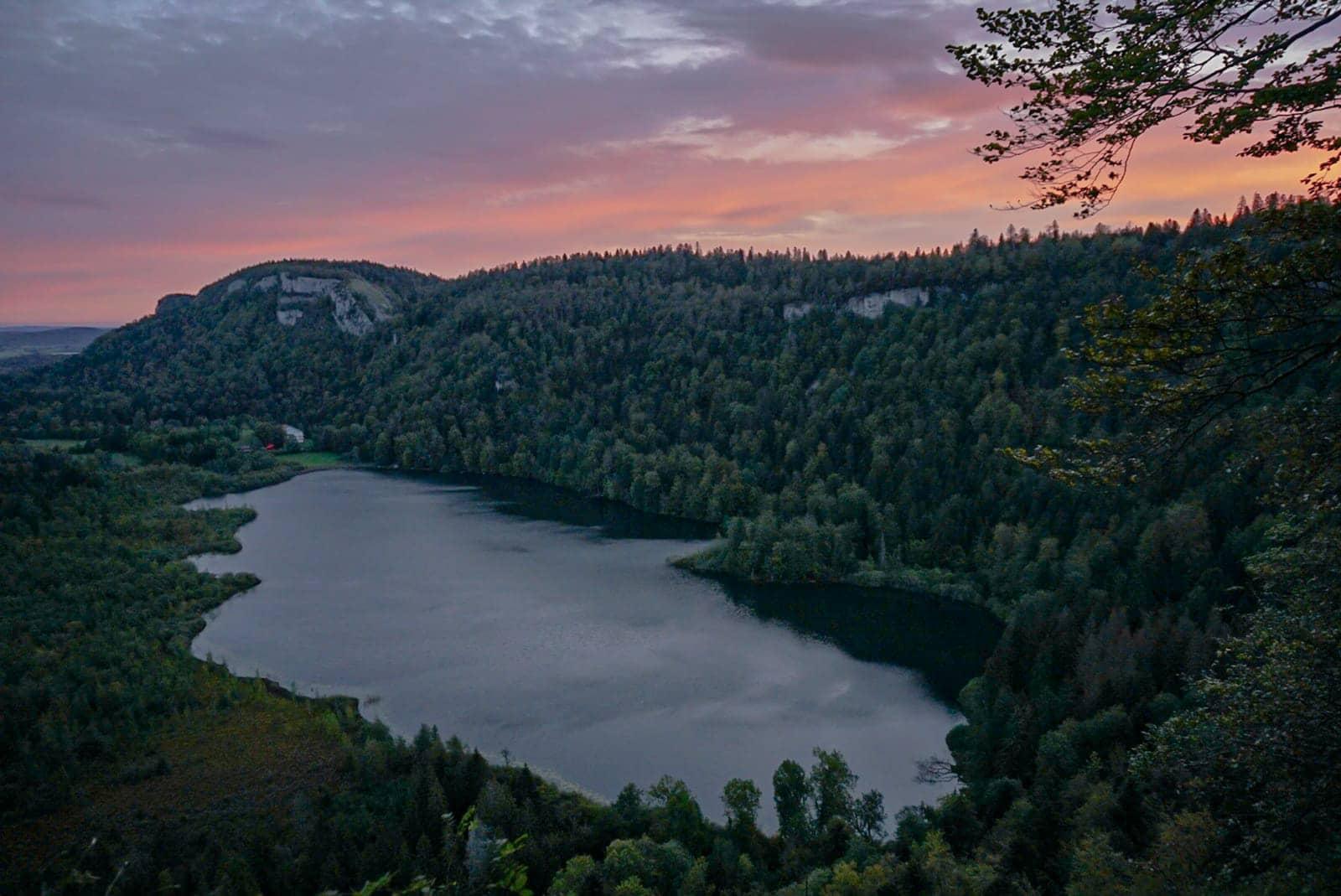 lac de Bonlieu sapins nuages roses Jura
