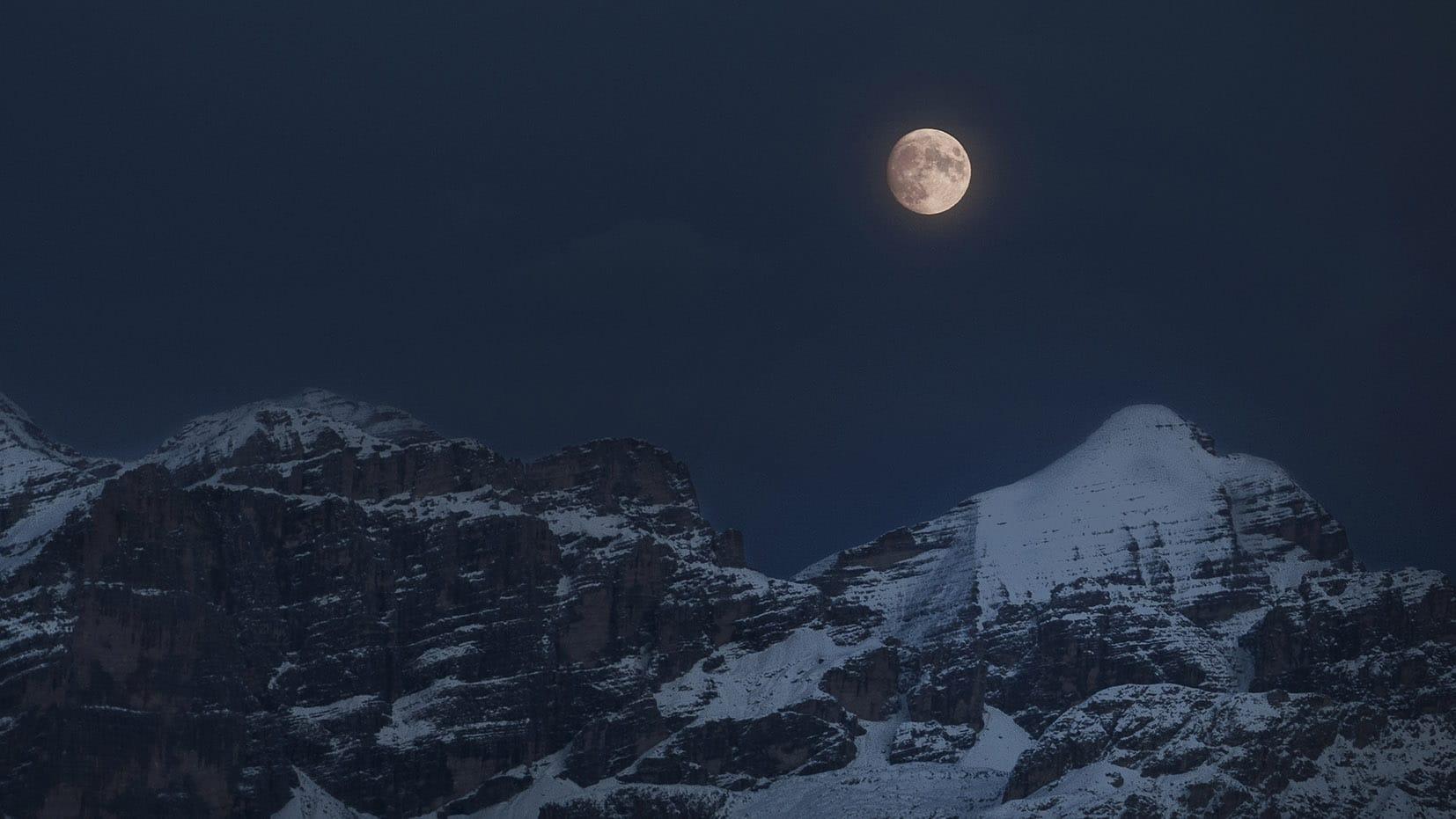 Une semaine dans les Dolomites pleine lune nuit montagnes neige
