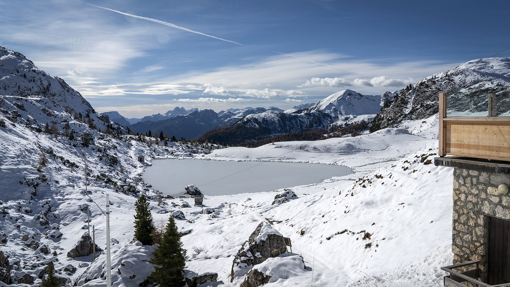 Lac Valparola glace neige refuge pierres montagnes