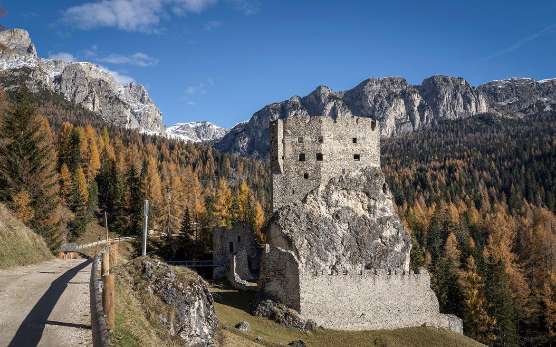 Une semaine dans les Dolomites Castello di Andraz sapins automne ruines pierre montagnes ciel bleu