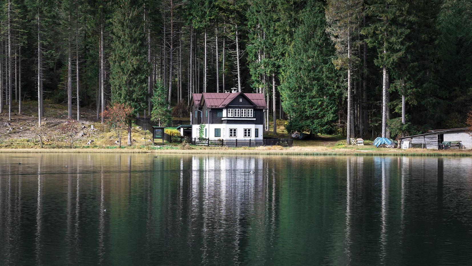 Sud-Tyrol Italie chalet sapins eau