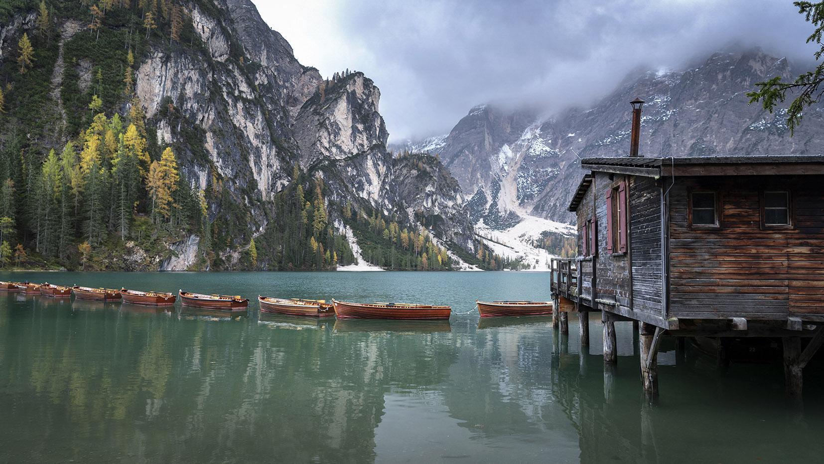 Italie Sud-Tyrol cabane barques oranges lago di Braies eau verte montagnes