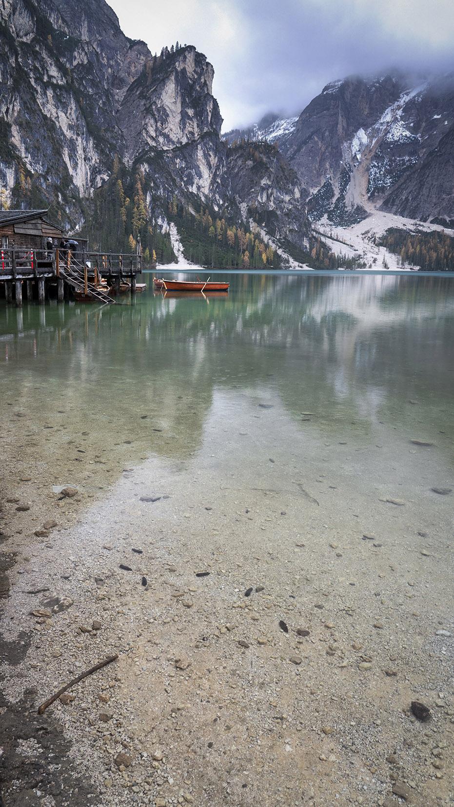 Lago di Braies barque eau cristalline montagnes sapins automne
