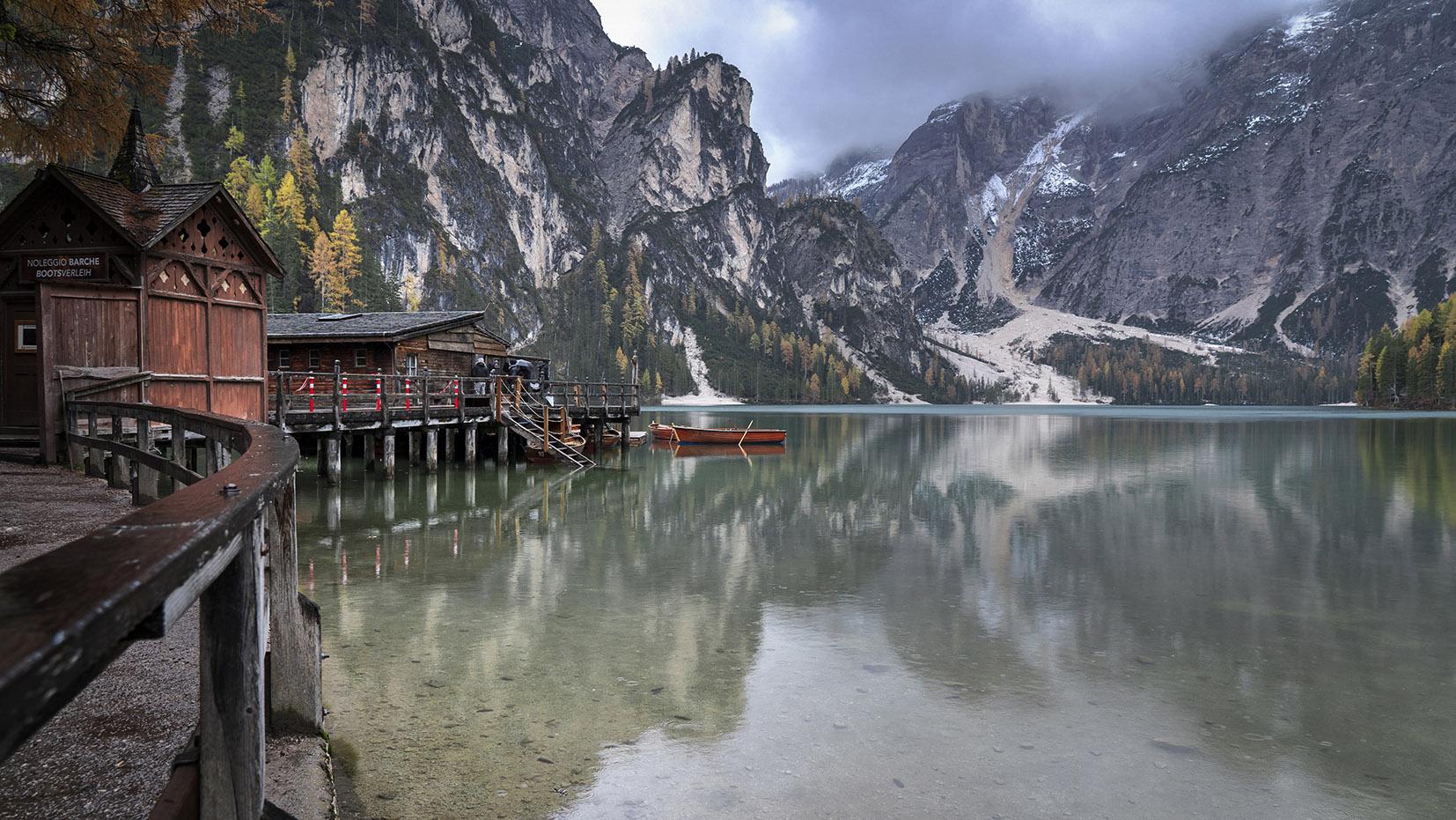 Lago di Braies une semaine dans les Dolomites bleu cabanes ponton montagnes barques automne