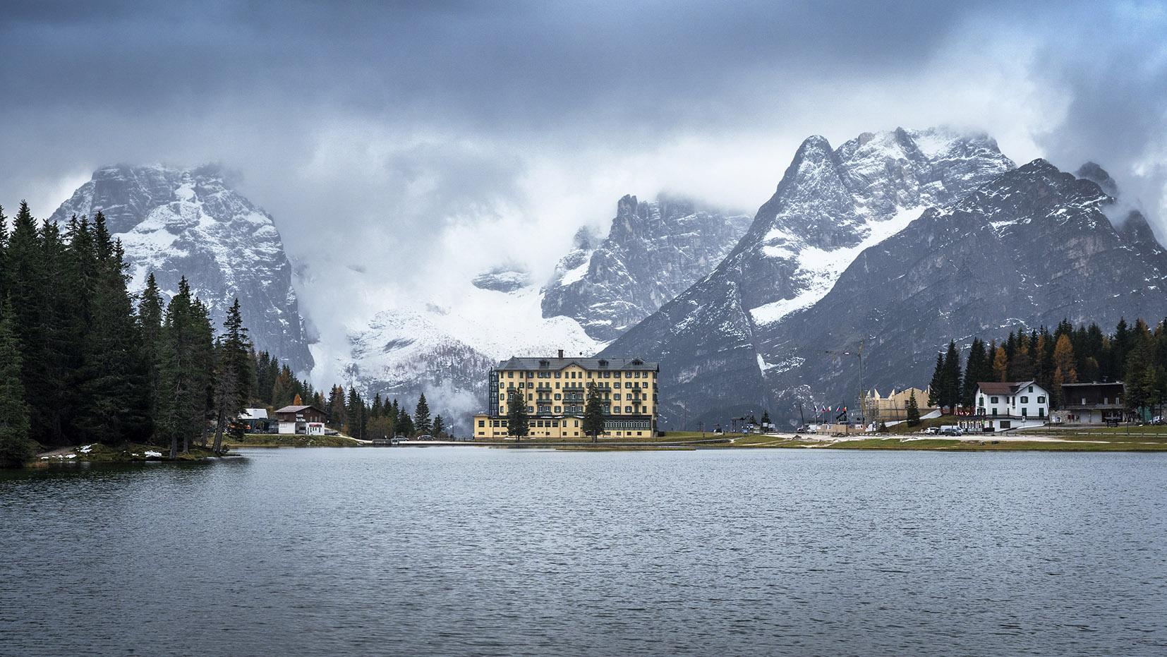 Une semaine dans les Dolomites lago di Misurina opéra jaune lac montagnes neige nuages