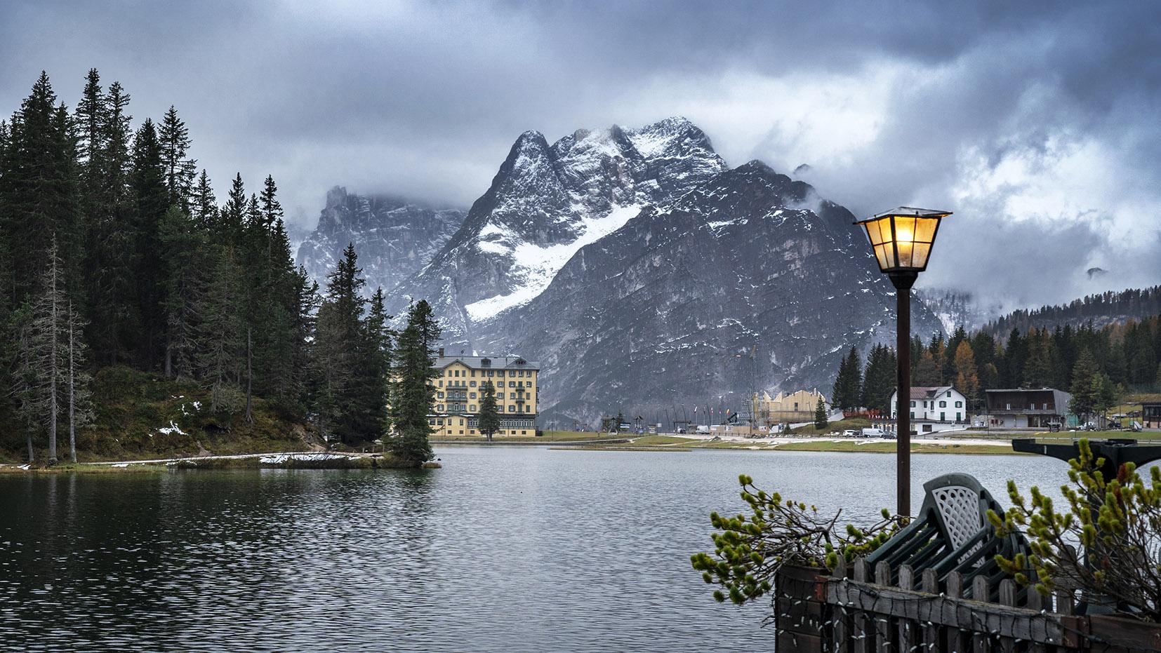 lago di Misurina Dolomites Italie opera jaune montagnes neige réverbère