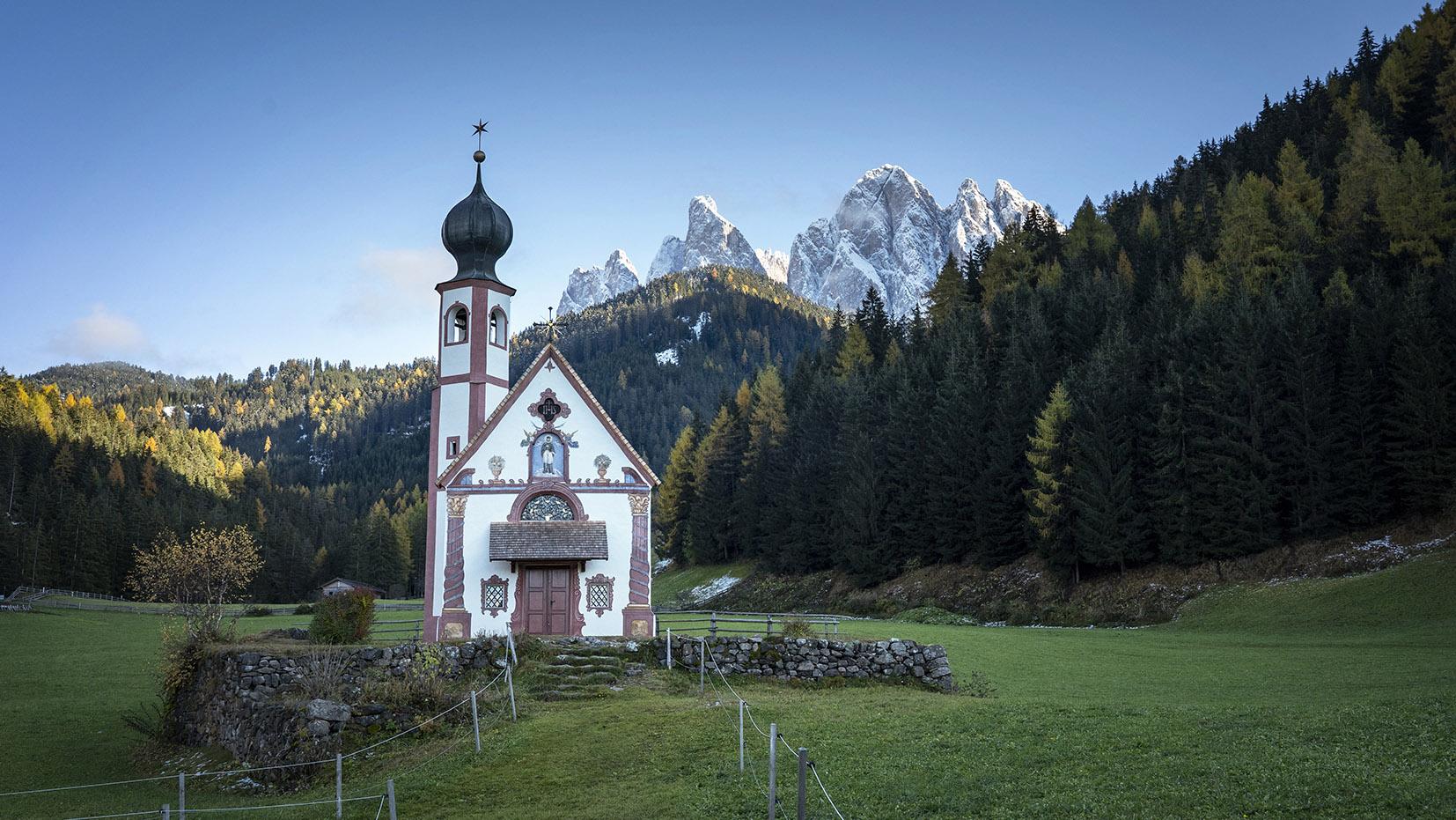 Une semaine dans les Dolomites église SanGiovanni Italie dôme sapins automne montagnes neige