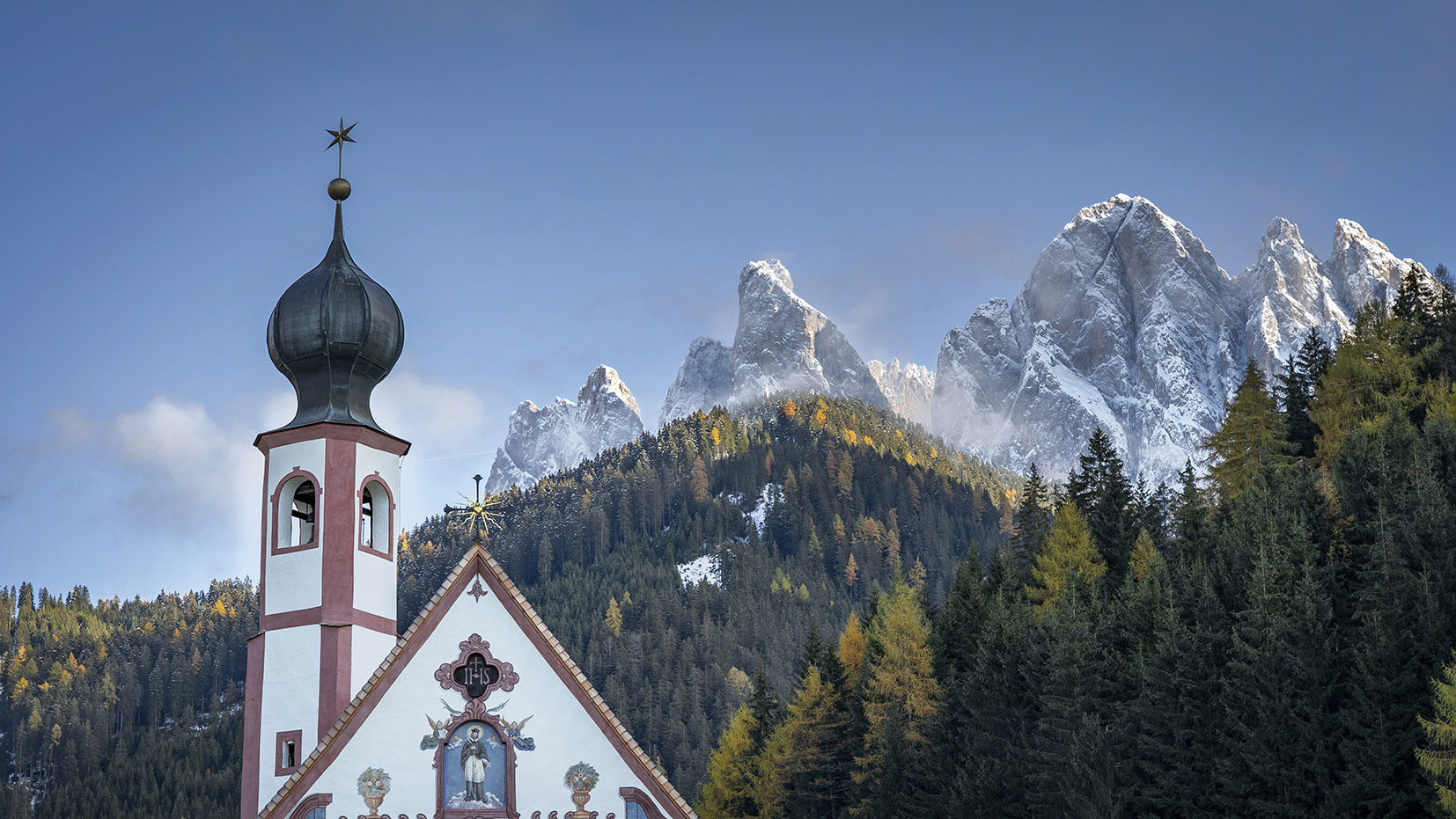 église SanGiovanni une semaine dans les Dolomites clocher église sapins orangés montagnes neige