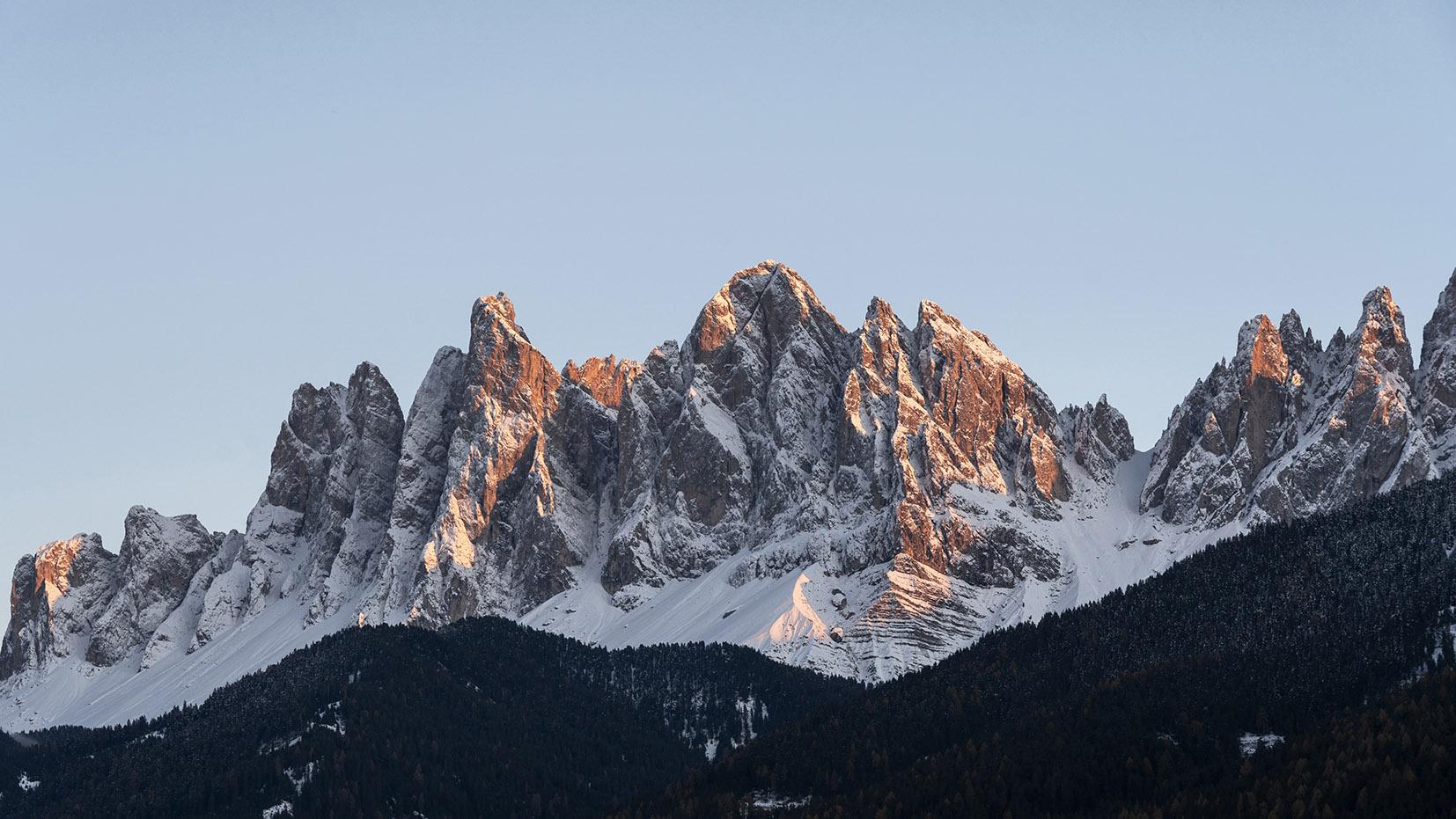 Une semaine dans les Dolomites Sass Rigais cimes rouges neige coucher de soleil Funes