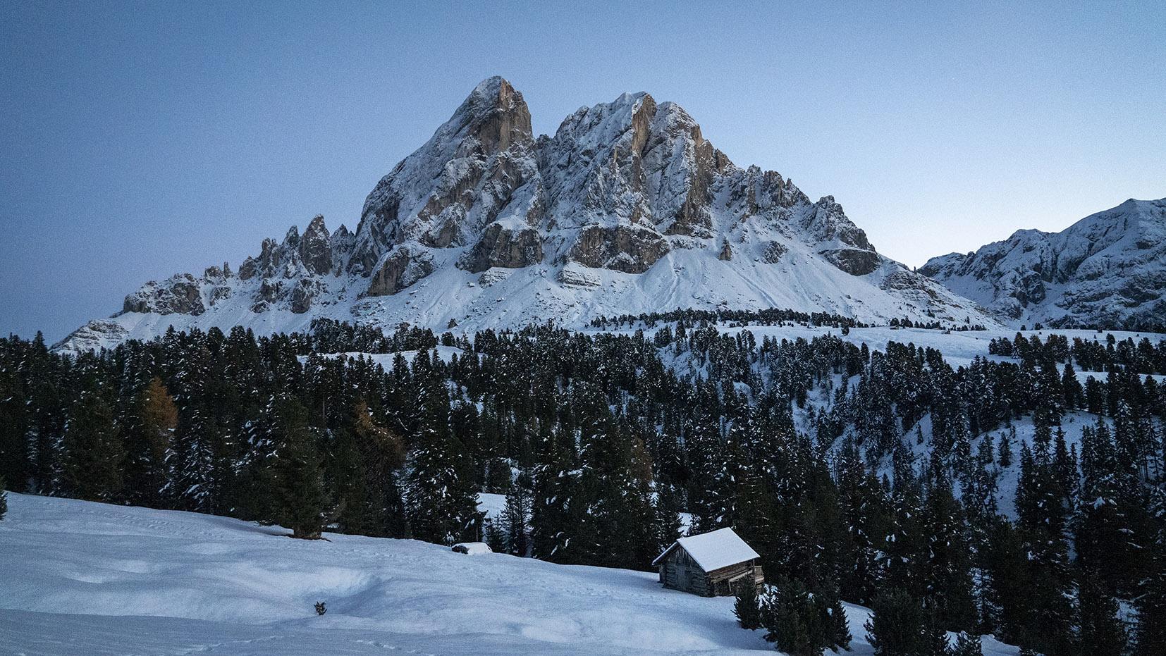 Une semaine dans les Dolomites quelque part crépuscule montagnes neige chalet