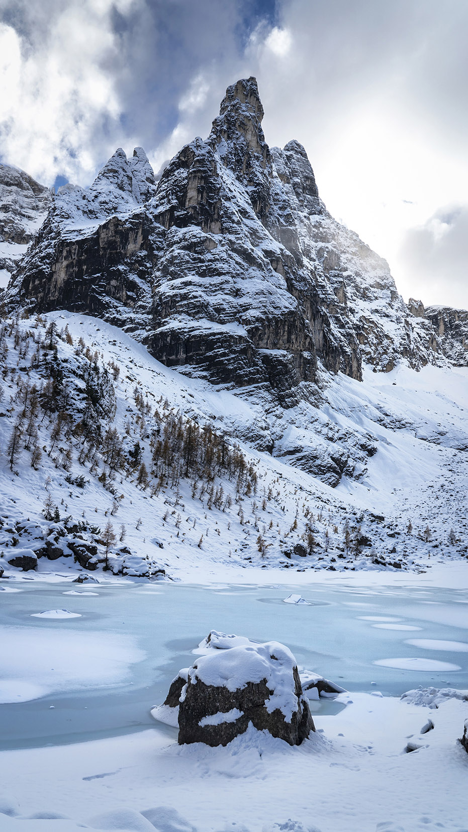 Lago di Sorapis randonnée lac glacé bleu turquoise neige