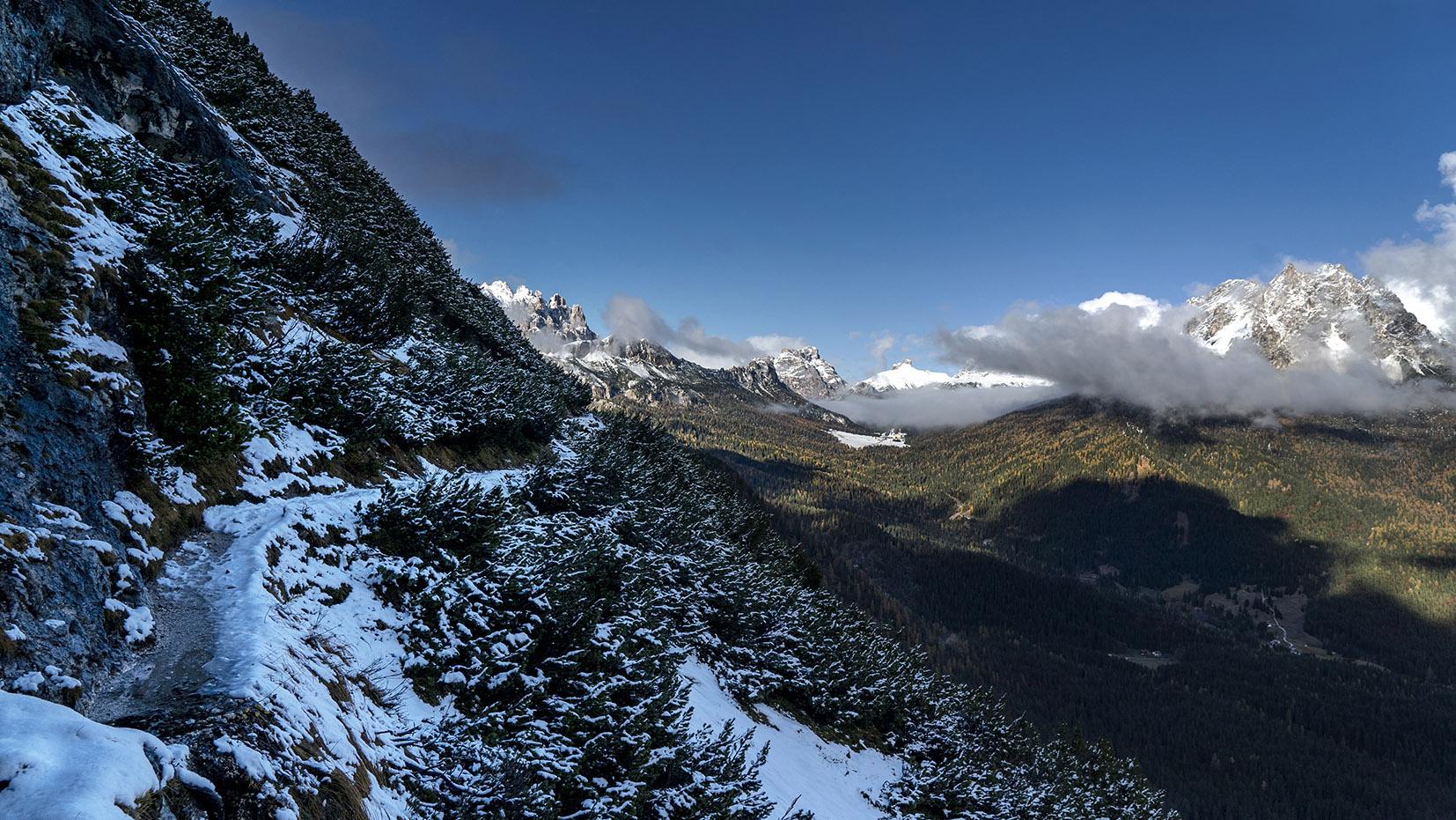 Sentier étroit vue massif Dolomites randonnée Iralie
