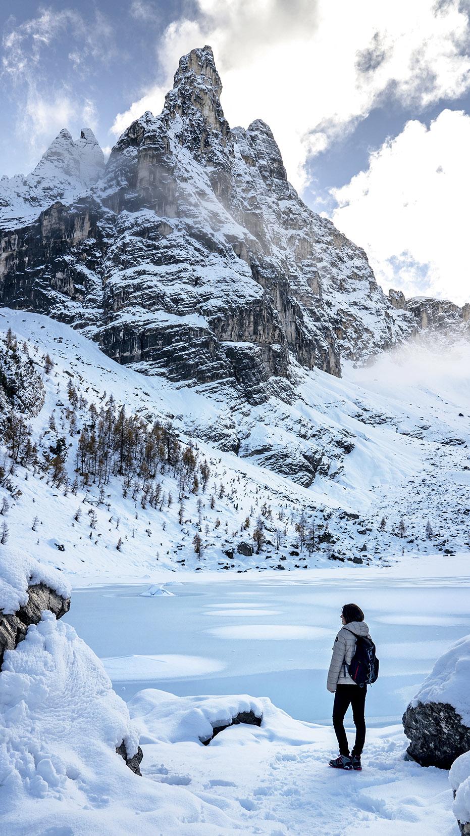 Lago di Sorapis femme bord lac gelé turquoise montagnes