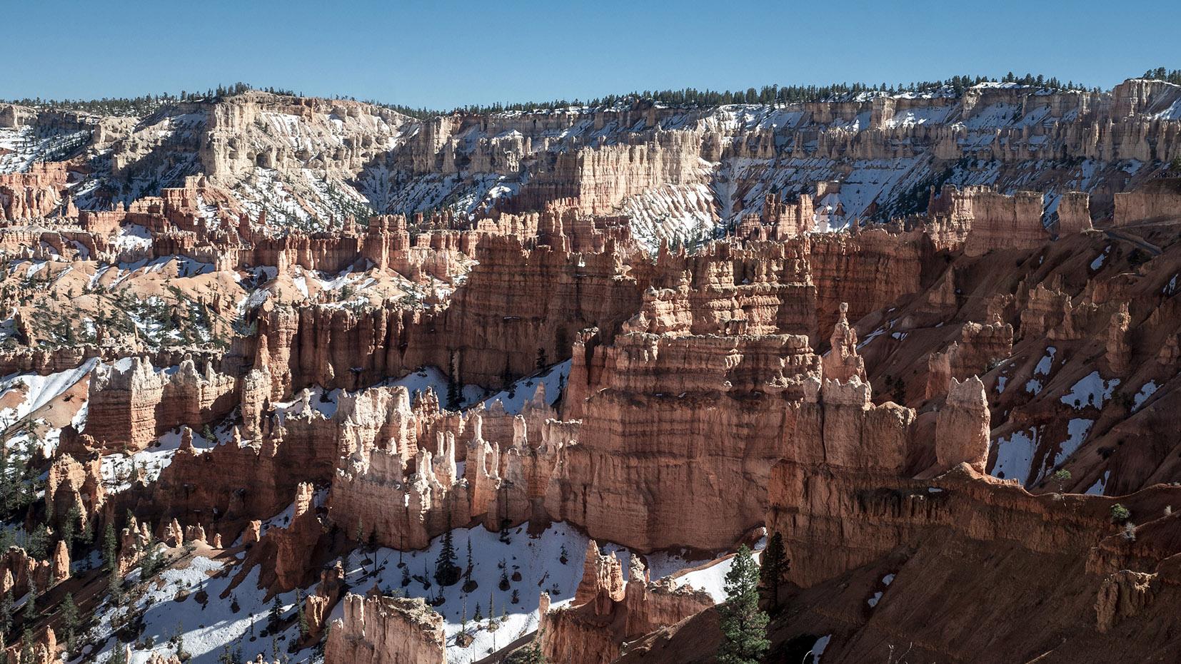 Vue panoramique cathédrâle pierre ciel bleu sapins neige