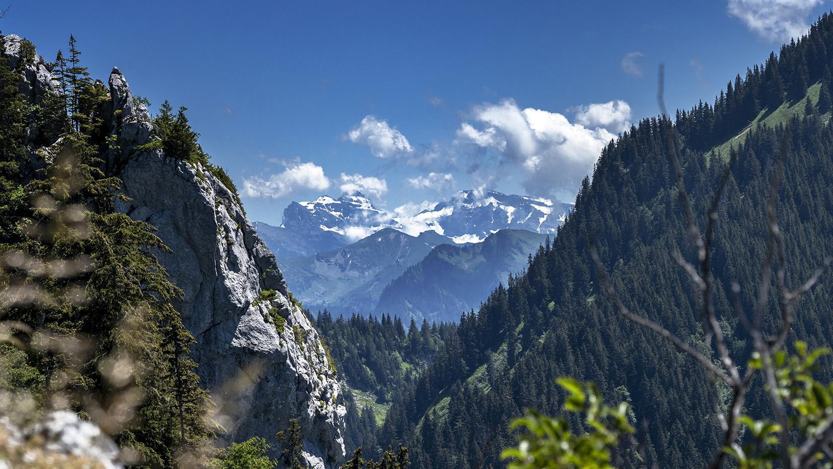 Haute-Savoie pointe de Tréchauffé montagnes neige ciel bleu sapins nuages