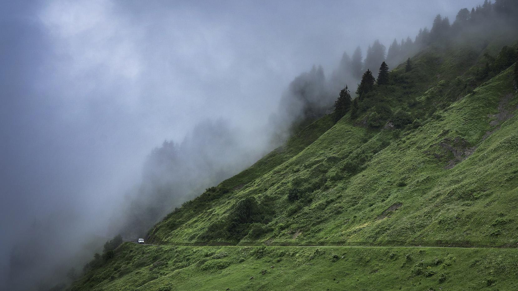 Haute-Savoie lac de Joux Plane, col brouillard nuages noirs