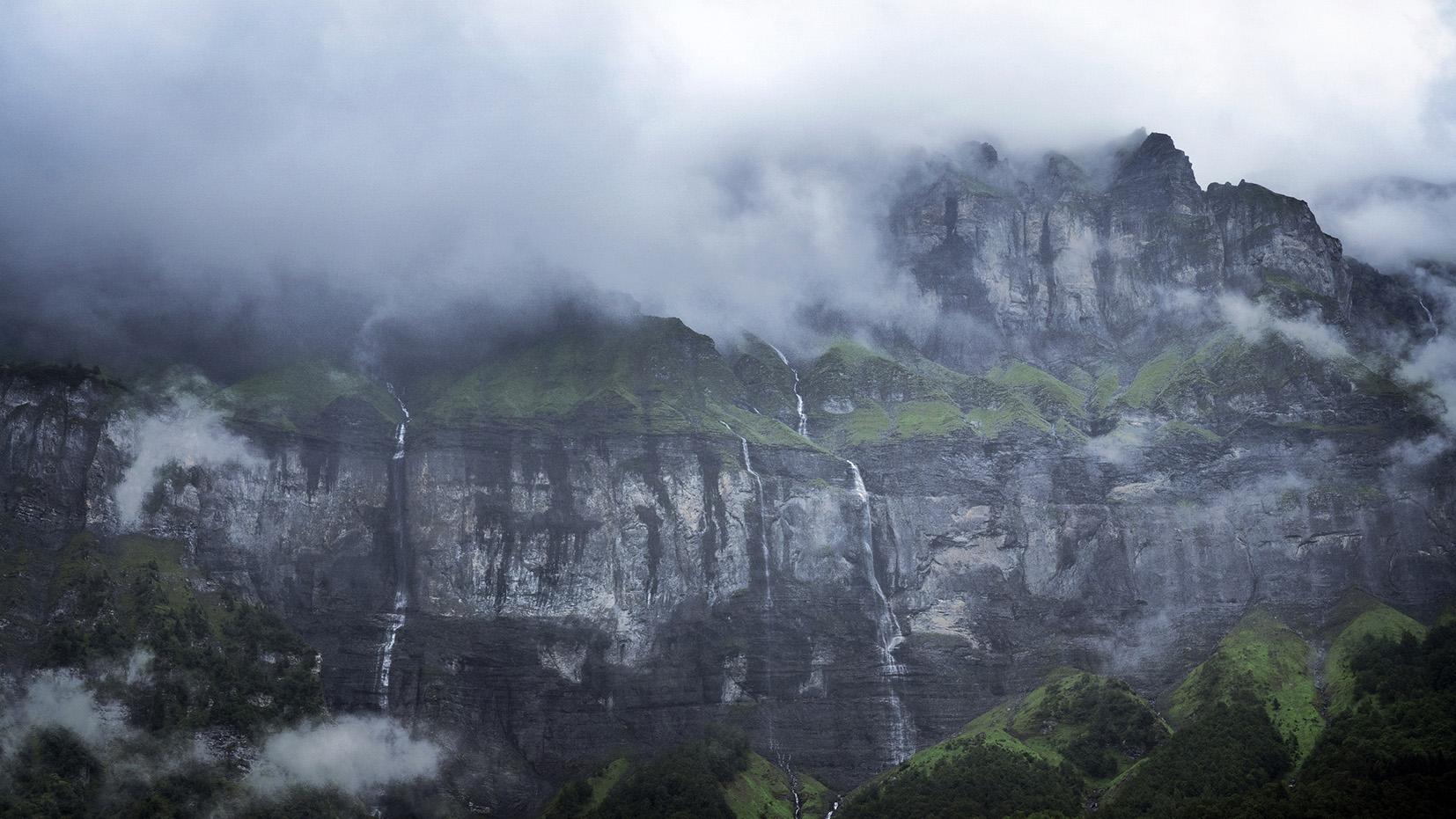 Cirque du Fer-à-Cheval Sixt cascades nuages noirs montagnes Haute-Savoie