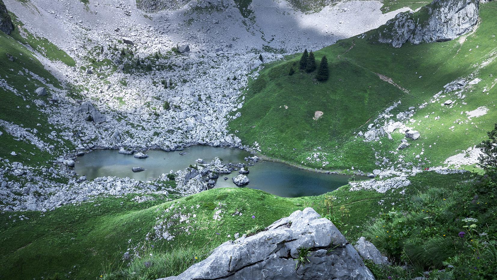 Haute-Savoie lac de Darbon vert sapins collines