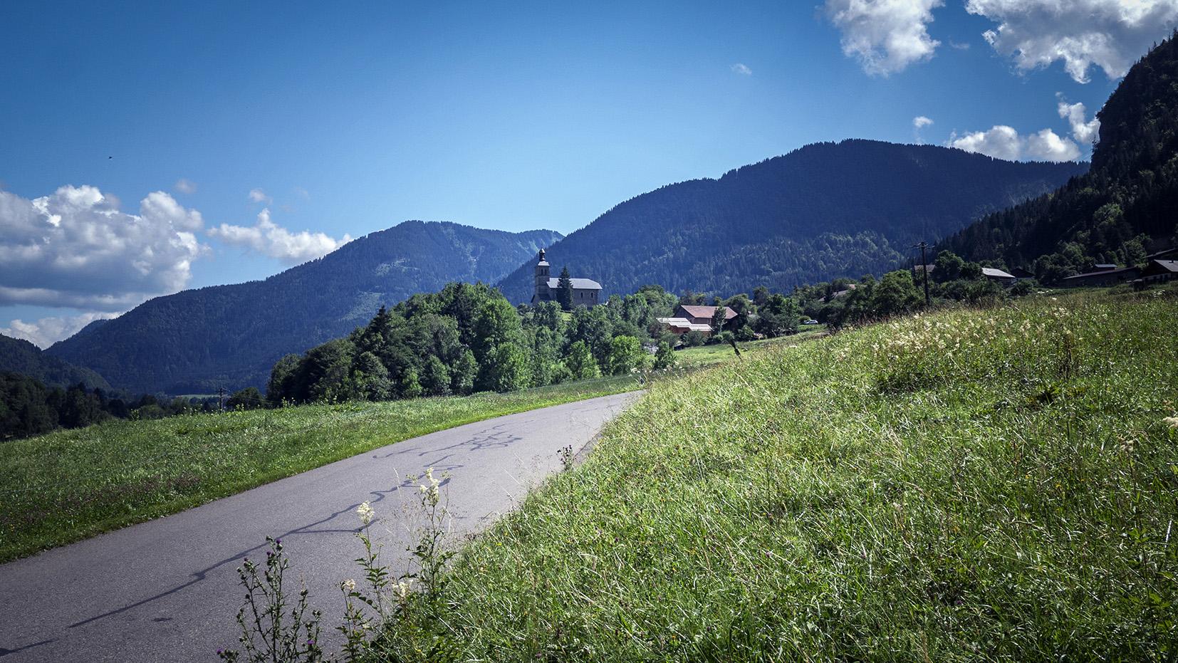 église la Baume chemin herbe montagnes